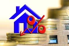 Il simbolo delle percentuali sui precedenti del bene immobile e dei soldi Immagini Stock