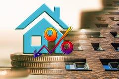 Il simbolo delle percentuali sui precedenti del bene immobile e dei soldi Fotografie Stock Libere da Diritti