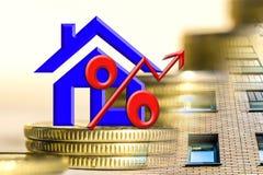 Il simbolo delle percentuali sui precedenti del bene immobile e dei soldi Fotografia Stock Libera da Diritti
