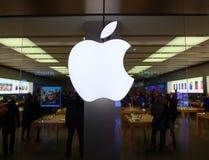 Il simbolo di Apple Macintosh sopra l'entrata del deposito di Apple immagine stock