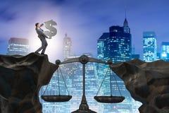 Il simbolo di dollaro della tenuta dell'uomo d'affari nel concetto della giustizia Immagini Stock