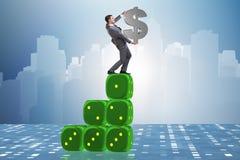 Il simbolo di dollaro della tenuta dell'uomo d'affari sopra la piramide dei dadi Immagini Stock Libere da Diritti
