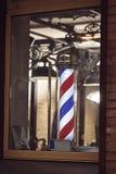 Il simbolo famoso di un negozio di barbiere con bande rosse, blu e bianche di turbine fotografie stock