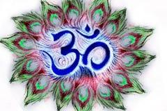 Il simbolo sanskrit di aum sacro nel cerchio del pavone mette le piume a Immagine Stock