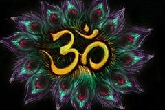 Il simbolo sanskrit di aum sacro nel cerchio del pavone mette le piume a Fotografia Stock Libera da Diritti