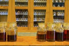 Il singolo assaggio del whiskey di malto ha numerato le bottiglie del campionamento su esposizione immagine stock libera da diritti
