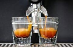 Il singolo colpo del caffè espresso ha fatto in un vetro di colpo Fotografie Stock
