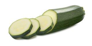 Il singolo zucchini ha tagliato i pezzi isolati su fondo bianco Fotografie Stock