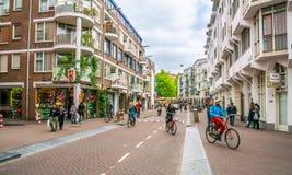 Il Sint Antoniusbreestraat con il turista ed i locali che guidano le bici fotografia stock libera da diritti