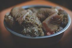 Il sistema dei cani d'alimentazione naturali BARF Bei pezzi della carne cruda in una ciotola Trippa del manzo Fuoco selettivo mol fotografia stock