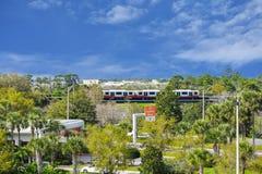 Il sistema del treno del rotolo-onroll-fuori, ritorni dell'automobile locativa firma e vista parziale degli aerei ad Orlando Inte immagini stock
