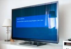 Il sistema sta inizializzando sul processo moderno dell'aggiornamento della TV fotografia stock
