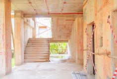 il sito interno della costruzione di edifici del cemento della scala dentro sviluppa l'alloggio con lo spazio della copia Fotografia Stock