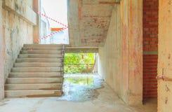 Il sito interno della costruzione di edifici del cemento della scala dentro sviluppa l'alloggio con lo spazio della copia aggiung Fotografia Stock