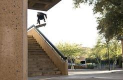 Il skateboarder che salta giù le scale Fotografie Stock