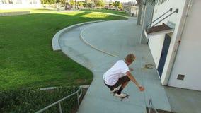 Il skateboarder che salta sopra le scale video d archivio