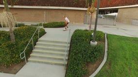 Il skateboarder che salta sopra le scale stock footage