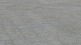 Il skateboarder fa il powerslide di trucco dello scorrevole, o il frenaggio sul pattino, slowmo archivi video