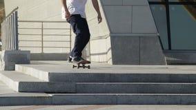 Il skateboarder inganna il petardo dalle scale della via, rallentatore 2x archivi video