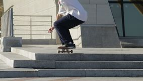 Il skateboarder irriconoscibile fa il ollie sulle scale sulla via, rallentatore archivi video