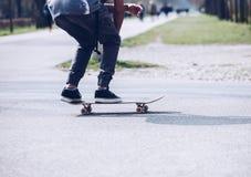 Il skateboarder prima della fabbricazione inganna - il skateboarding al parco del pattino immagini stock libere da diritti