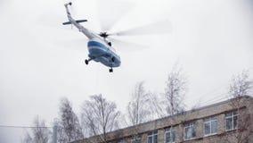 Il soccorritore veloce scende dall'elicottero sul tetto di costruzione per l'operazione di salvataggio stock footage