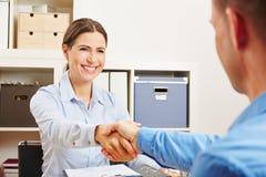Il socio commerciale stringe le mani nell'ufficio Fotografie Stock