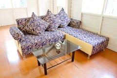 Il sofà dell'annata ha impostato con il cuscino Fotografia Stock