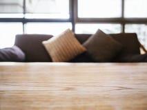 Il sofà ed i cuscini del piano d'appoggio si dirigono la decorazione interna Immagini Stock