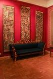 Il sofà nel palazzo cremisi di Gatcina del salone Immagini Stock