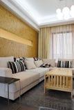 Il sofà in un salone moderno Immagine Stock