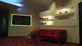 Il sofà rosso è nel corridoio stock footage