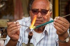 Il soffiatore di vetro lavora alla via Fotografia Stock Libera da Diritti