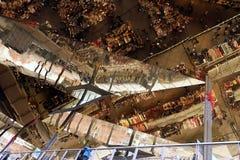 Il soffitto del Mercat Dell Encants di Barcellona Una costruzione moderna con un soffitto rispecchiato fotografie stock