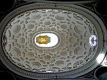 Il soffitto della chiesa cattolica a Roma, Italia Immagine Stock