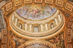 Il soffitto della st Peter Basilica nel Vaticano immagine stock libera da diritti