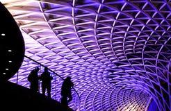 Il soffitto della stazione ferroviaria, 3 persone silhoutted su balcon immagine stock