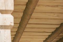 Il soffitto delle plance di legno da desidera ardentemente il terrazzo della casa di ceppo Fotografie Stock