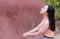 Il sogno dolce degli occhi della donna della ragazza di libertà cinese asiatica chiusa felice di tatto prega la natura di speranz fotografia stock