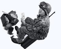 Il soldato americano mostra una fotografia immagini stock