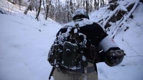 Il soldato cammina attraverso una foresta nevosa video d archivio