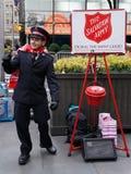 Il soldato dell'esercito della salvezza esegue per le collezioni nel Midtown Manhattan Immagini Stock Libere da Diritti