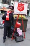 Il soldato dell'esercito della salvezza esegue per le collezioni nel Midtown Manhattan Fotografie Stock Libere da Diritti