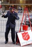 Il soldato dell'esercito della salvezza esegue per le collezioni nel Midtown Manhattan Fotografia Stock