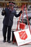 Il soldato dell'esercito della salvezza esegue per le collezioni nel Midtown Manhattan Immagine Stock Libera da Diritti