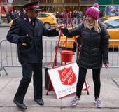 Il soldato dell'esercito della salvezza esegue per le collezioni nel Midtown Manhattan Fotografia Stock Libera da Diritti