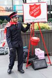 Il soldato dell'esercito della salvezza esegue per le collezioni nel Midtown Manhattan Immagini Stock