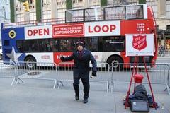 Il soldato dell'esercito della salvezza esegue per le collezioni nel Midtown Manhattan Immagine Stock