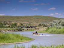 Il soldato della cavalleria degli Stati Uniti tiene sopra alla coda dei cavalli in fiume Fotografia Stock Libera da Diritti