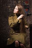 Il soldato femminile sovietico della seconda guerra mondiale pettina i suoi capelli Fotografia Stock